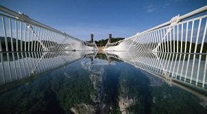 Người bình thường cũng phải yếu tim khi đặt chân lên cây cầu kính trong suốt dài nhất thế giới, bạn đã dám thử